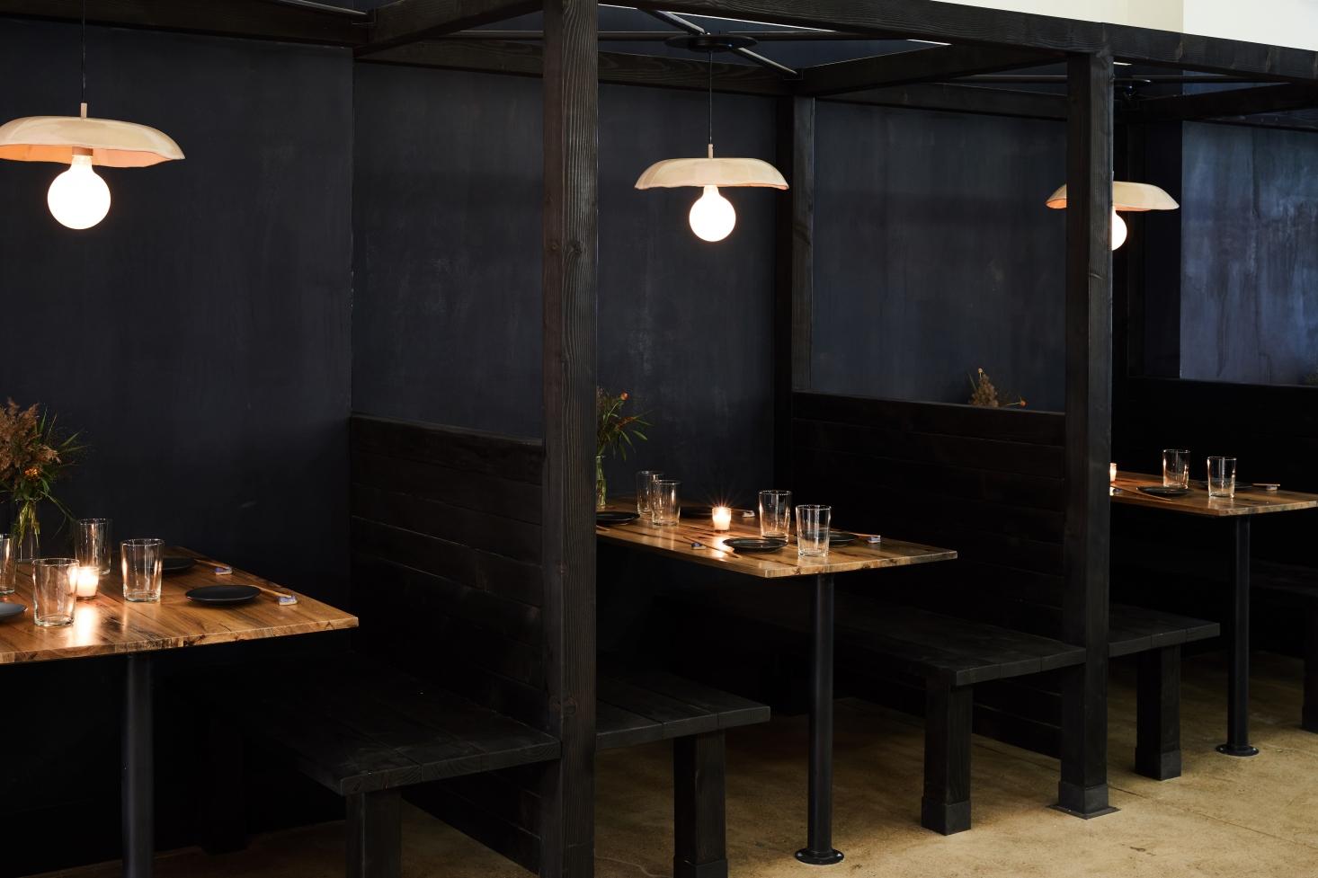 Intérieur de restaurant en bois brûlé
